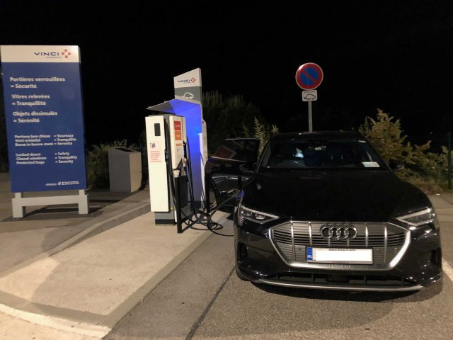 Last charge for the e-tron late at night in the Terrasses de Provence